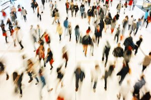 personas-caminando-grupo-azul-salud